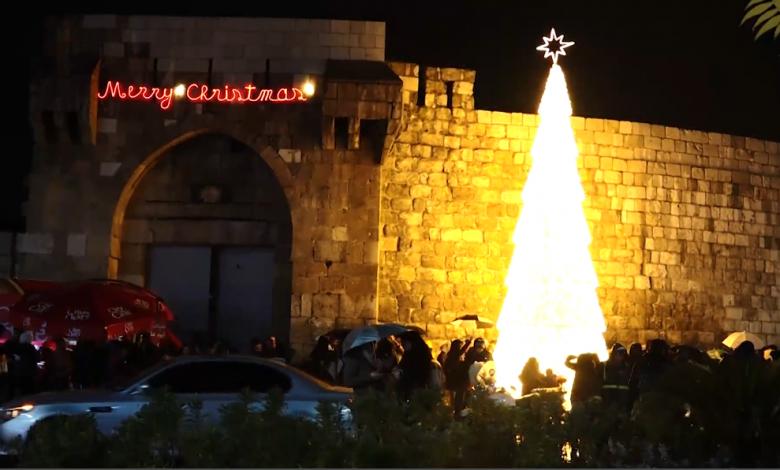 مجموعة من السوريين يحتفلون بأعياد الميلاد في ساحة باب توما في العاصمة دمشق. تصوير: هبة الخير (ماري)