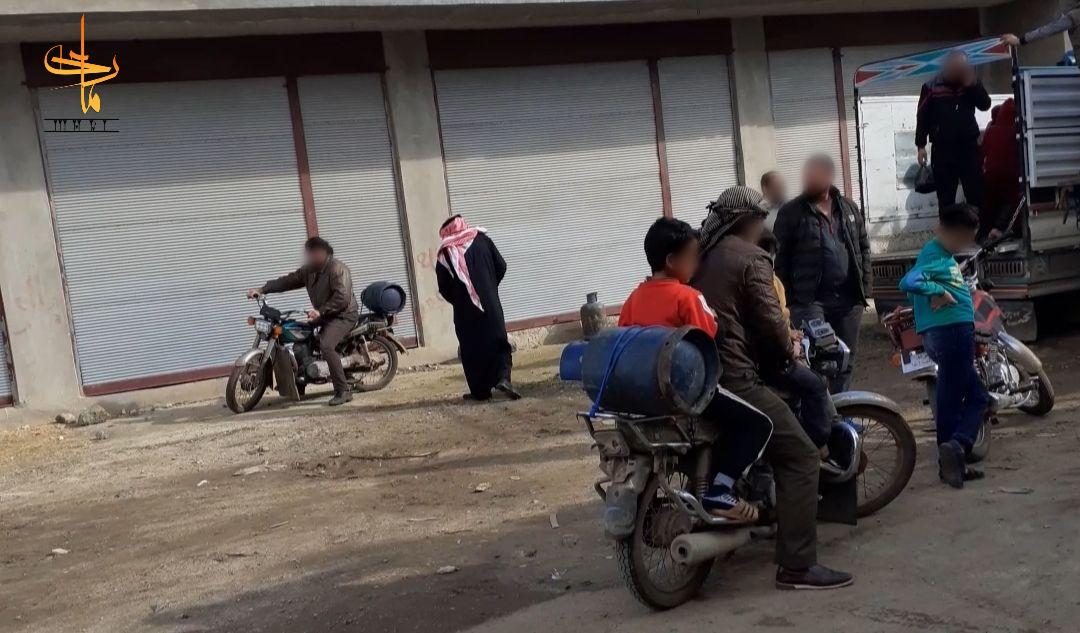رجال يتسلمون أسطوانات الغاز المخصصة لهم في ريف درعا. تصوير: يحيى الحوراني، شباط/فبراير 2020 (ماري)