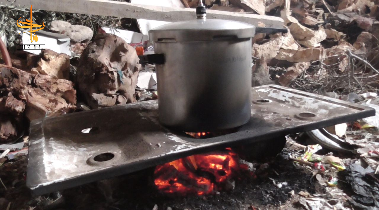 طهي الطعام بحرق المواد البلاستيكية والحطب. تصوير: يحيى الحوراني، شباط/فبراير 2020 (ماري)