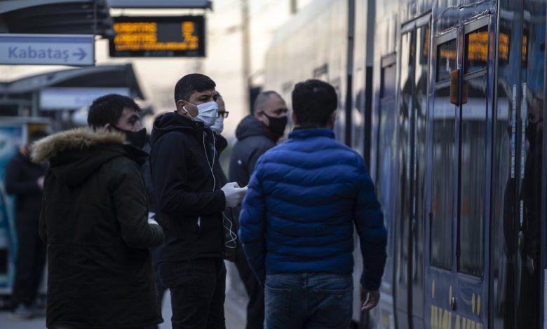 """مواطنون أتراك يرتدون """"الكمامات"""" في إحدى محطات النقل العام بتركيا. 4/4/2020 (الأناضول)"""